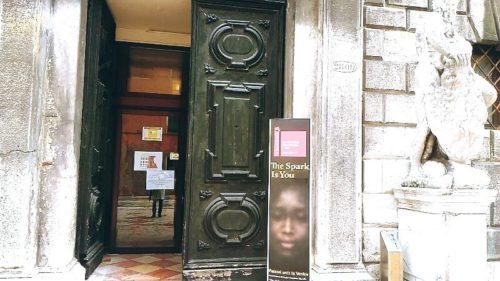 ヴェネツィア音楽院の入り口のビエンナーレの看板