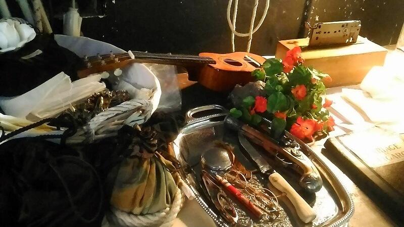 舞台裏に置かれたオペラの小道具