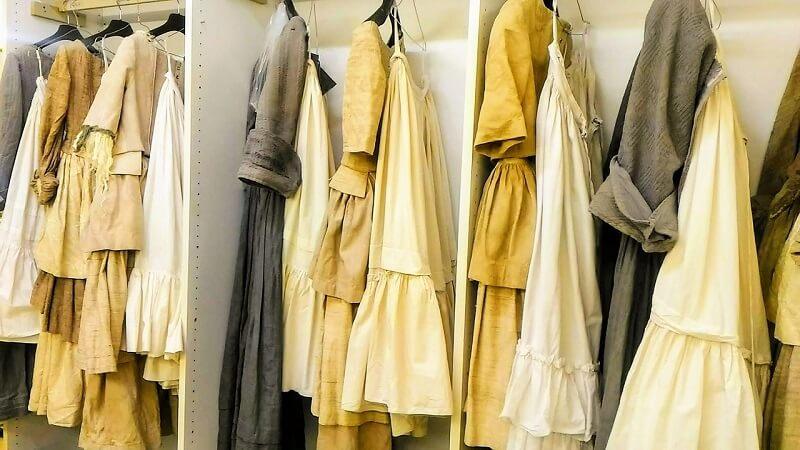 モーツァルト《フィガロの結婚》合唱歌手の衣装が並ぶ楽屋