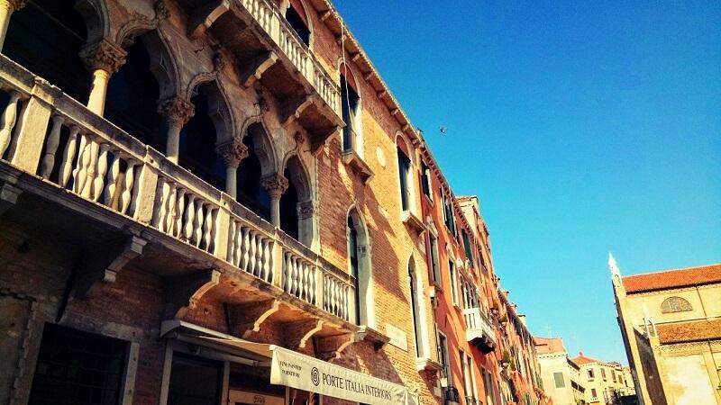 ヴェネツィアの建物(装飾の美しいバルコニー)