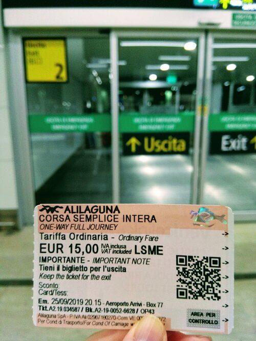 アリラグーナのチケットと空港の出口