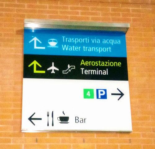 空港のアリラグーナ乗り場への道しるべ