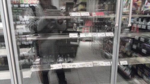 ひらいているスーパーも生鮮食品を置いていない