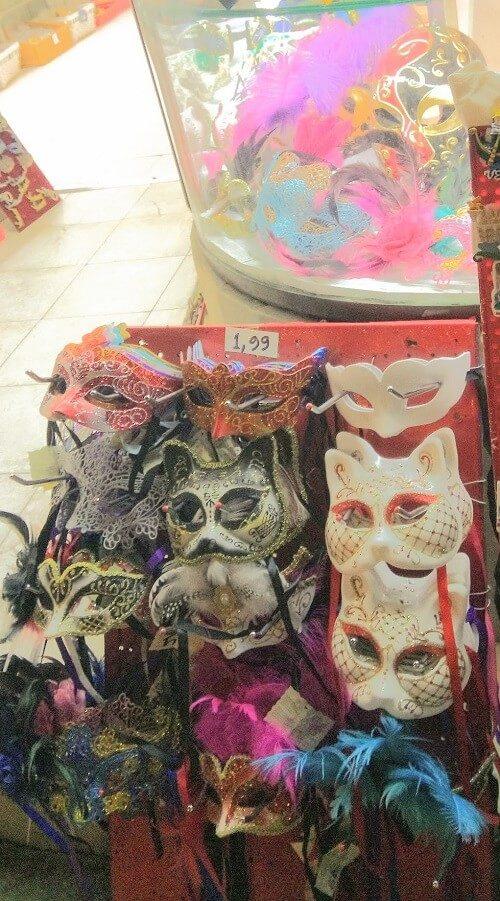 土産物屋の店先に並ぶ仮面