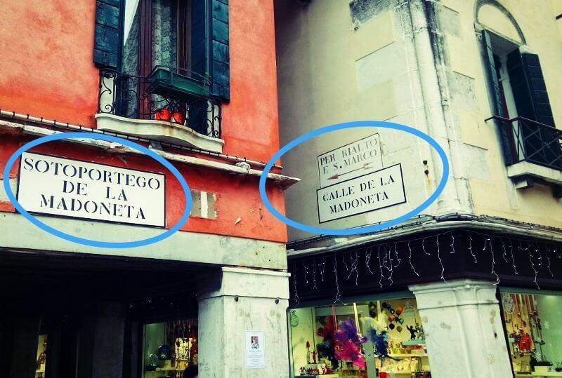 ヴェネツィアの街でみかける道しるべ(サン・ポーロ広場)