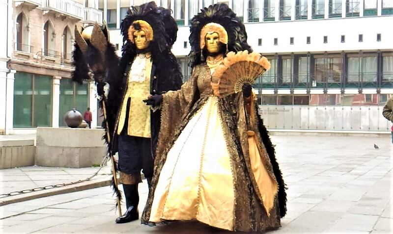 ベネチアのカーニバルで仮装した人