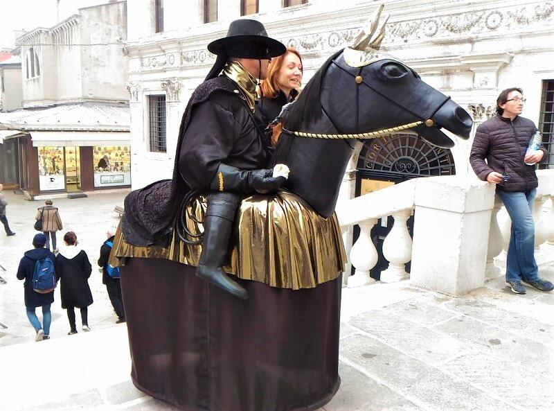 ヴェネツィアのカーニバルで仮装する人