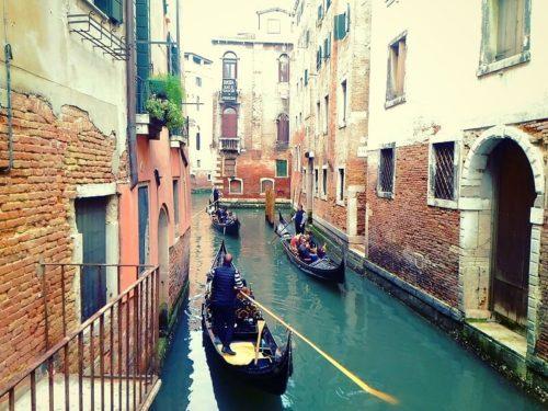 ベネチア観光。ゴンドラに乗る