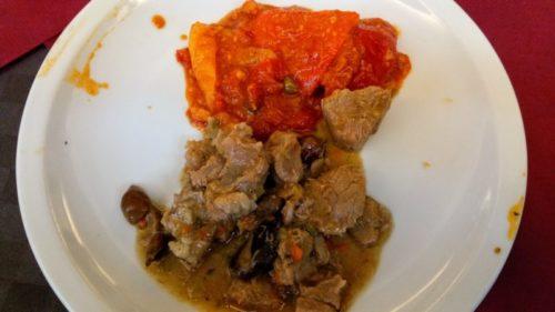 牛肉の煮込みとパプリカの付け合わせ