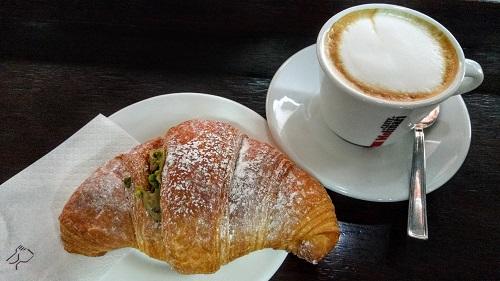 ヴェネツィアのバールでいただくクロワッサンとコーヒー4
