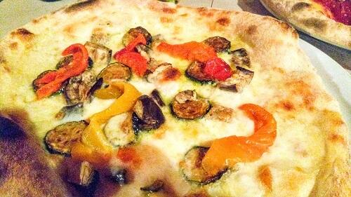 サン・ポーロ広場のピッツェリアのピザ