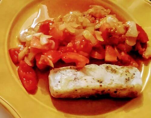 イタリア留学の自炊メニュー「鱈のムニエルと、トマトと玉ねぎのコントルノ」