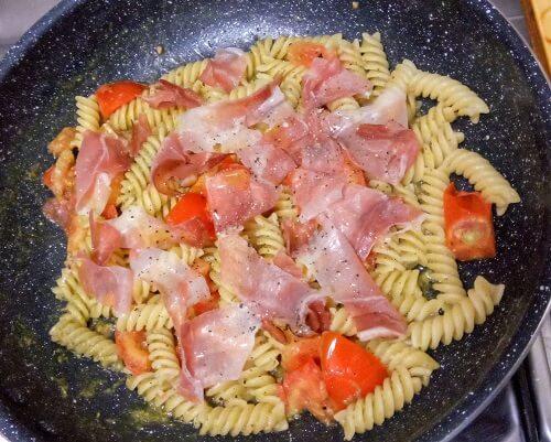 イタリア留学の自炊メニュー、生ハムとミニトマトのパスタ