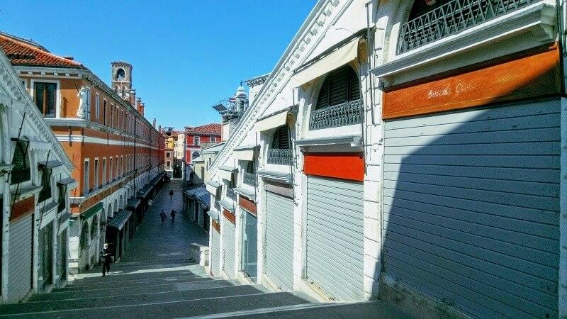ベネチアの現在の様子。リアルト橋の上の店も閉まっている。