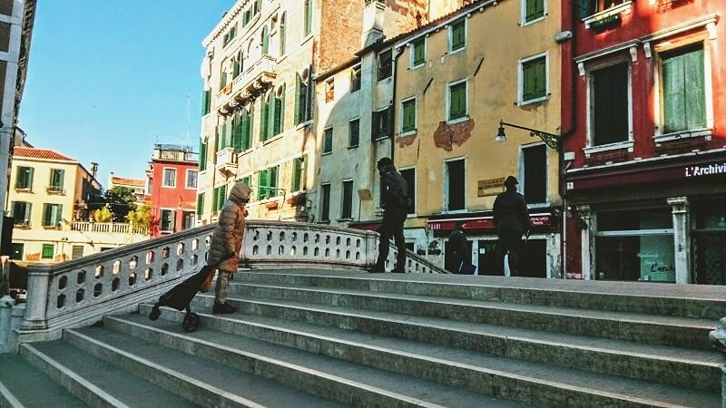ベネチアの街を見回る警官の様子